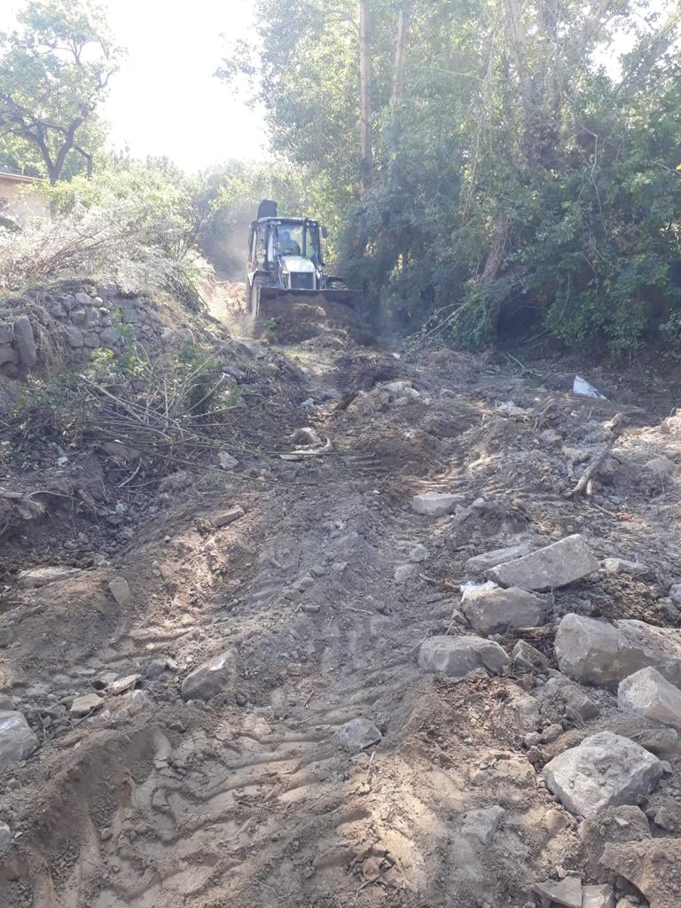 Fen İşleri ekipleri sürdürdüğü sulama kanalı, taşkın kanalı ve dere temizliğine devam ediyor